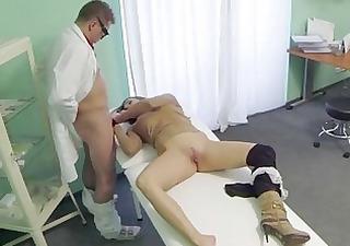 goliy-paren-poziruet-hudozhnitsam-video